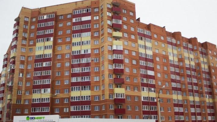 Уфимские спасатели сняли подростка, свисавшего с балкона многоэтажки