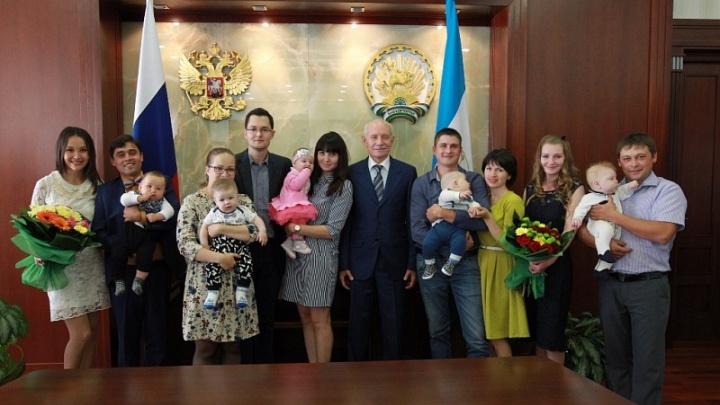 Рустэм Хамитов вручил молодым семьям свидетельства о выплате 300 тысяч рублей при рождении первенца