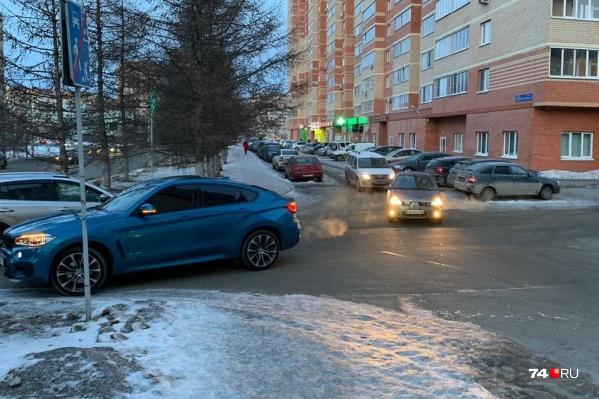 Синий BMW ехал справа налево (на снимке), Renault выезжал из проезда