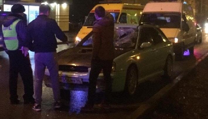 На Уралмаше Subaru сбила мужчину, который переходил дорогу недалеко от «зебры»