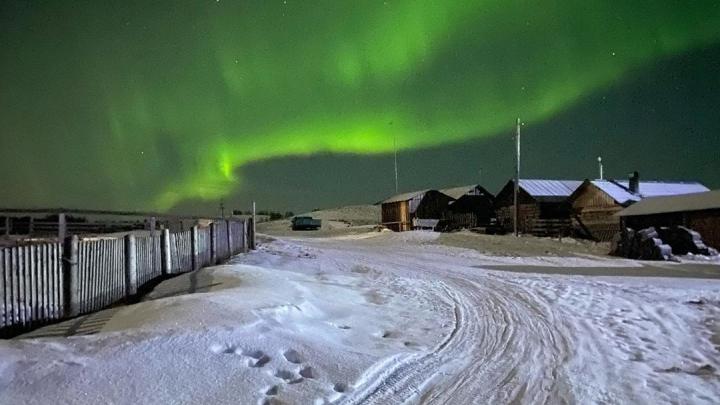 «Радовалась как ребёнок»: архангелогородка засняла яркое северное сияние над деревней Лопшеньгой