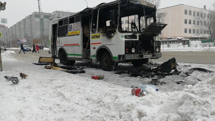 Выгорел полностью: смотрим, что осталось от автобуса № 59 после пожара