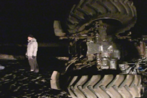 Трактор от удара опрокинулся