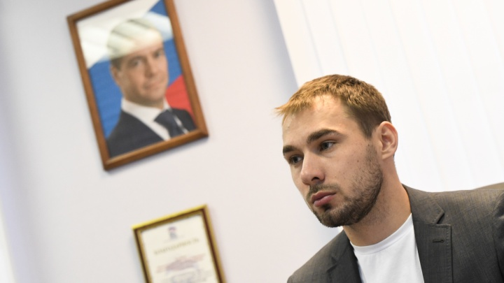 Продавали ежа и просили моноциклы для церкви: как прошел прием депутата Шипулина в Екатеринбурге