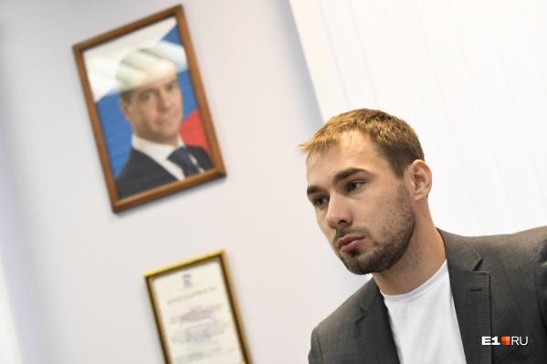 Депутатский прием Шипулина в Екатеринбурге организовали, чтобы он мог пообщаться с теми, кто не может встретиться с ним по месту избрания