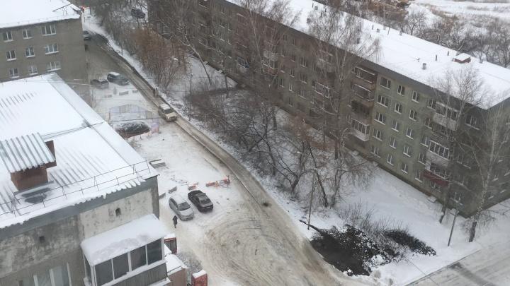 Их ничто не остановит: водители начали ездить по тротуару перекрытой дороги