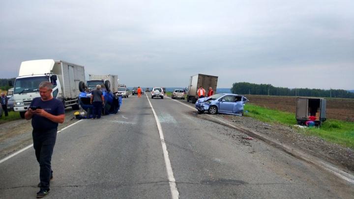 Грузовик разбросал 4 машины по трассе под Новосибирском: три человека пострадали