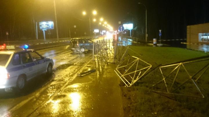 «Нива» въехала в отбойник и перевернулась на трассе под Новосибирском