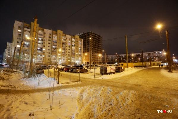 Бывшую конечную троллейбусов в Челябинске приспособили под платную автостоянку незаконно