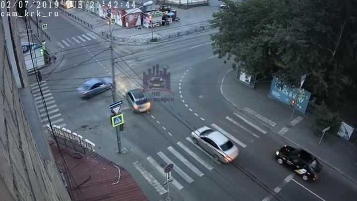 «Закружились в вальсе»: машины раскрутило по дорогепосле ДТП на перекрестке