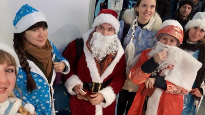 Фотофакт: пермяки в костюмах Снегурочки и Деда Мороза бесплатно полетели на «Победе» в Сочи