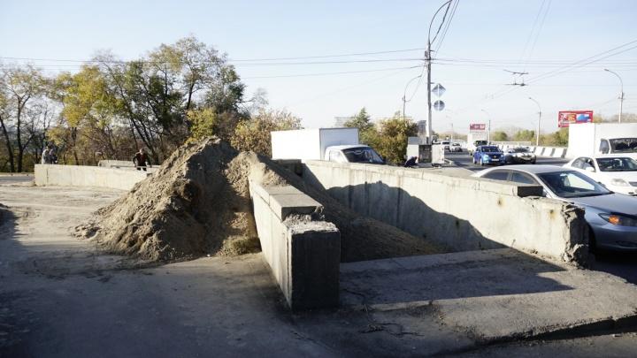 Там всё равно никто не ходит: мэрия объяснила закрытие перехода под Димитровским мостом