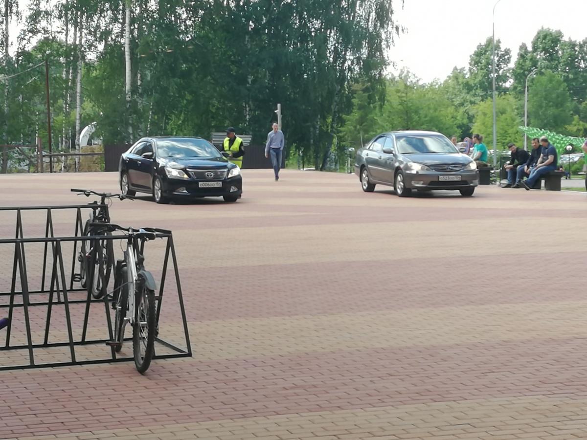 «Я паркуюсь как чудак»: чиновничьи Camry OOO на тротуарах Академа (фото)