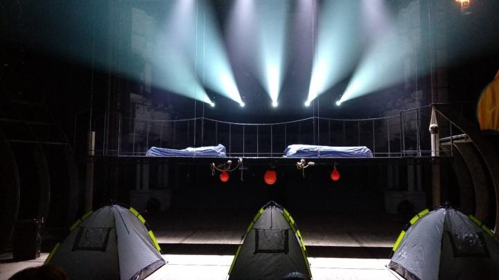 Театр Пушкина показал новый спектакль о Гамлете: зрители оказались на сцене