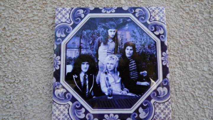 Нижегородский Бэнкси сделал третью плитку с портретом, на этот раз рок-группы Queen