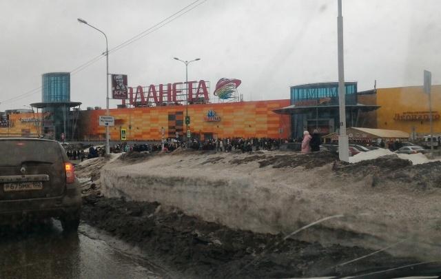 Из здания крупного торгового центра в Уфе срочно эвакуируют людей