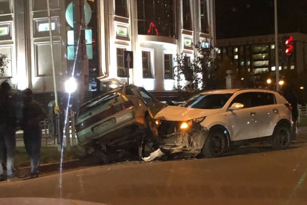 По предварительным данным, ДТП спровоцировал водитель отечественной легковушки