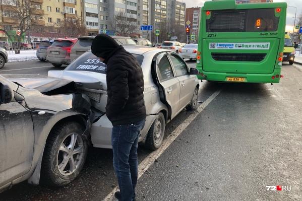 Бампер и багажник автомобилей помялись после столкновения