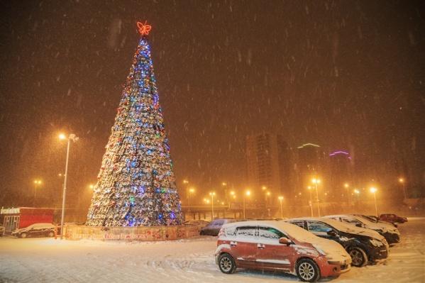 Зрители увидят зажжение елки в парке Ватан и прилет Деда Мороза