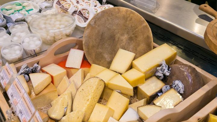 В центре Новосибирска работает сыроварня, где мастера вручную готовят 60 видов сыра