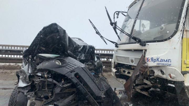 Серьёзная пробка в сторону Заволжского района: в Ярославле маршрутка протаранила иномарку