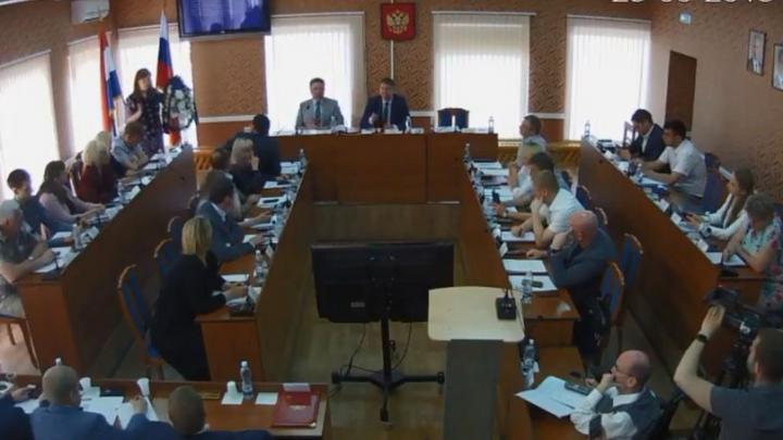 Раскол среди депутатов: сызранские коммунисты принесли в гордуму похоронный венок