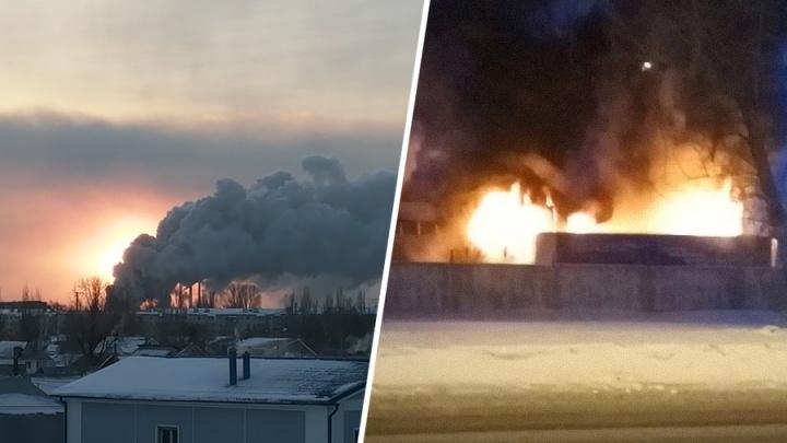Чёрный дым окутал небо: в Тольятти полыхал склад с резиной