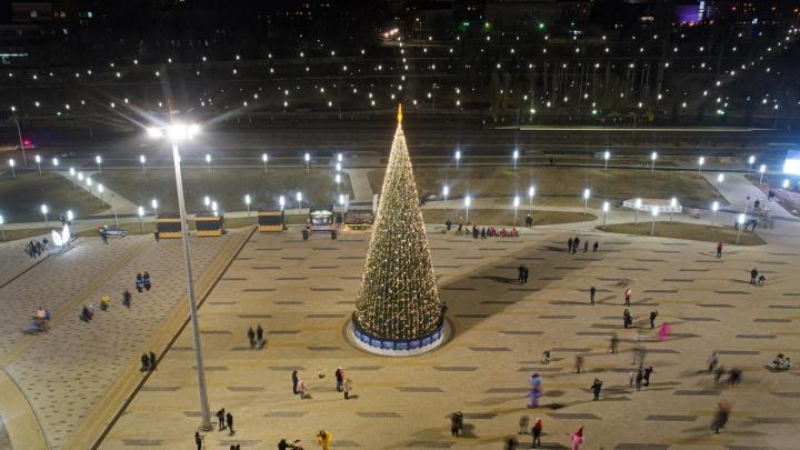 Елки, олени и камин для Санта-Клауса: Волгоград украсили к Новому году