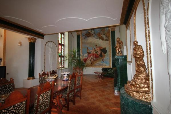 Фасад дома владельцы предпочли не показывать в объявлении, зато выложили много снимков из гостиной