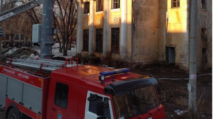 В Самаре два часа тушили здание бывшего дома культуры «Знамя»
