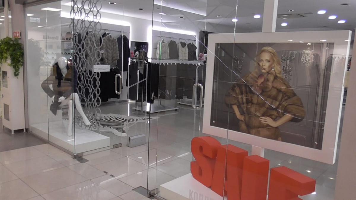 В ТЦ «Гермес Плаза» приставы арестовали торговые залы, где продавались шубы