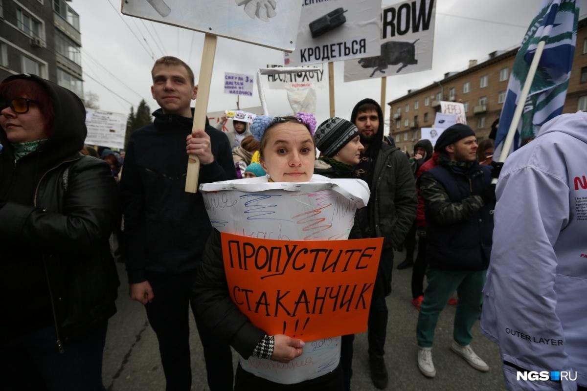 Еще несколько кадров с остроумными лозунгами из Новосибирска