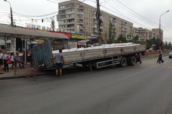 Прицеп КАМАЗа помял дорожные ограждения и бордюры