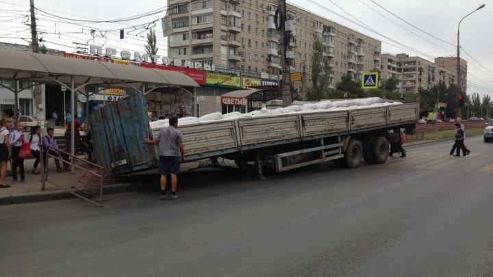 «Он решил проскочить на зеленый»: в Волгограде сорвавшийся прицеп КАМАЗа протаранил остановку