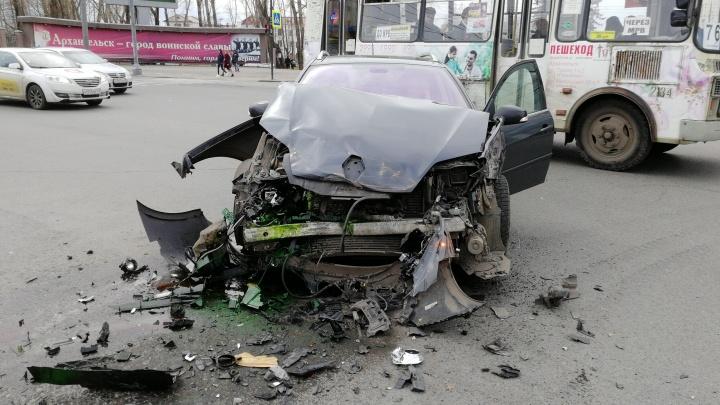 В центре Архангельска иномарка столкнулась с автобусом