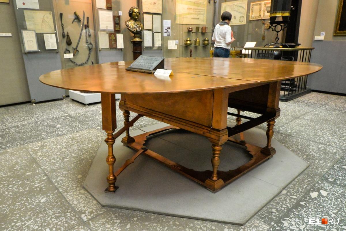 Петр I так и не получил свой подарок — тяжеленный стол из уральской меди