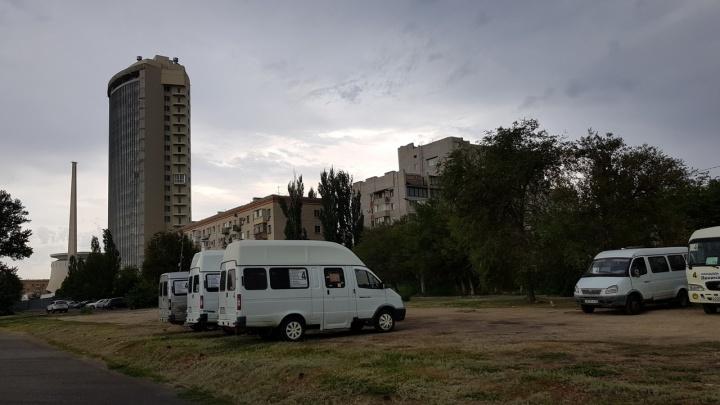 «Паркуюсь, как... »: волгоградские маршрутки убивают газон у музея-панорамы