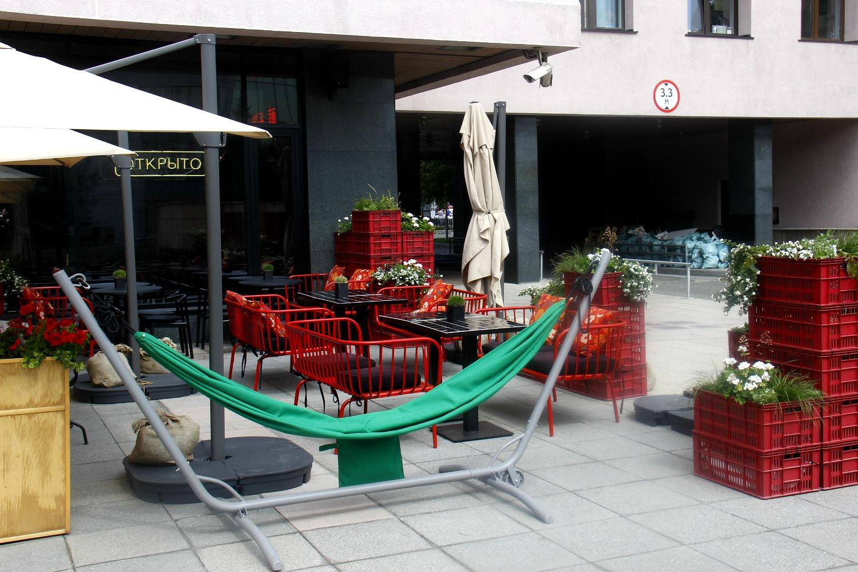 Веранда кафе Aziatish позволяет ощутить себя в атмосфере уличных рынков в странах Юго-Восточной Азии