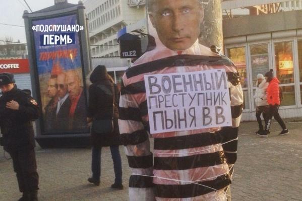 Манекен поставили на перекрестке улицы Ленина и Комсомольского проспекта