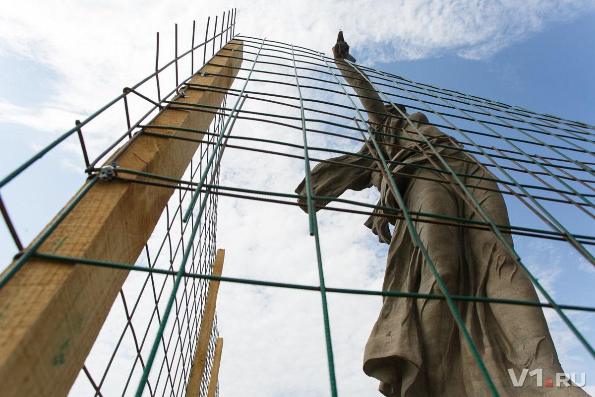 На время чемпионата скульптуру временно освобождали от оков