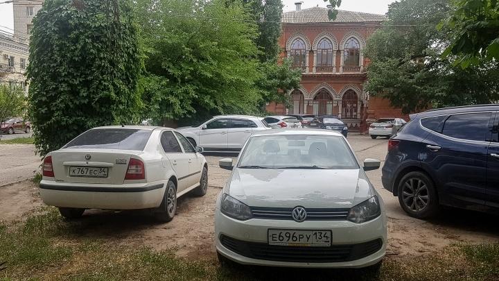 «Я паркуюсь, как...»: автомобилисты «приватизировали» тротуары у здания синагоги в центре Волгограда