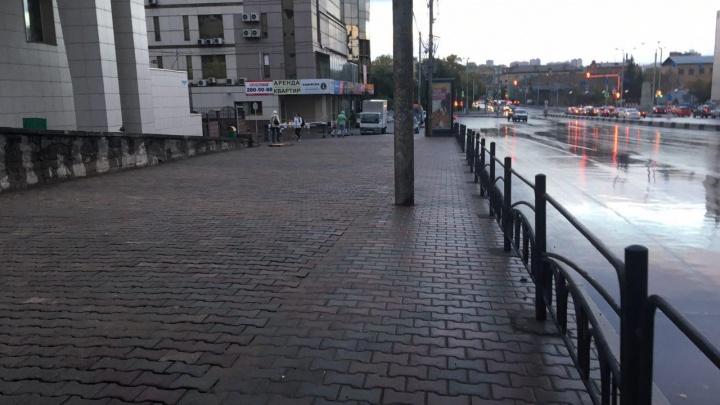 Нет и следа: на месте ларьков на Театральной площади положили свежую брусчатку