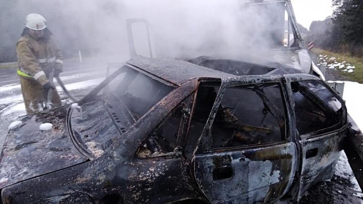 На челябинской трассе легковушка загорелась после аварии с грузовиком, есть погибшие