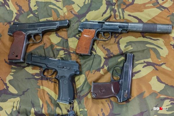 Среди найденного оружия — семь пистолетов