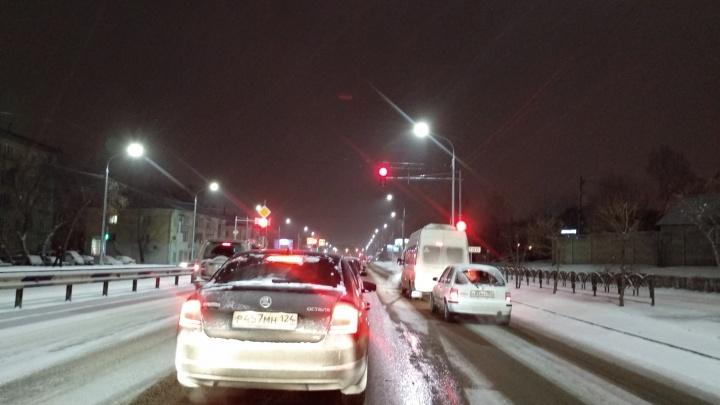 Выпавший снег превратил дороги Красноярска в каток