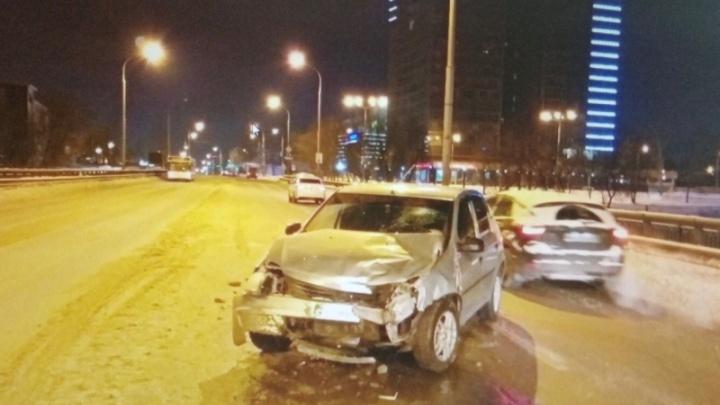 Полиция задержала водителя, который устроил аварию на Коммунальном мосту и скрылся