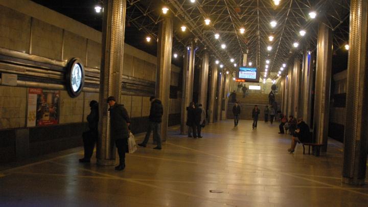 Закурил и пошел: молодой человек спустился на пути перед поездом метро на «Гагаринской»