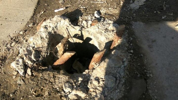 """""""Сын едва туда не упал"""": у входа в парк Энгельса оттаяла яма с торчащей арматурой"""