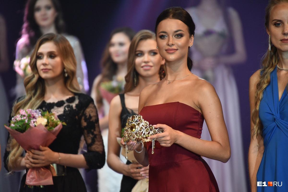 Победительница прошлого года Арина Верина приехала на конкурс, чтобы передать корону новой королеве красоты