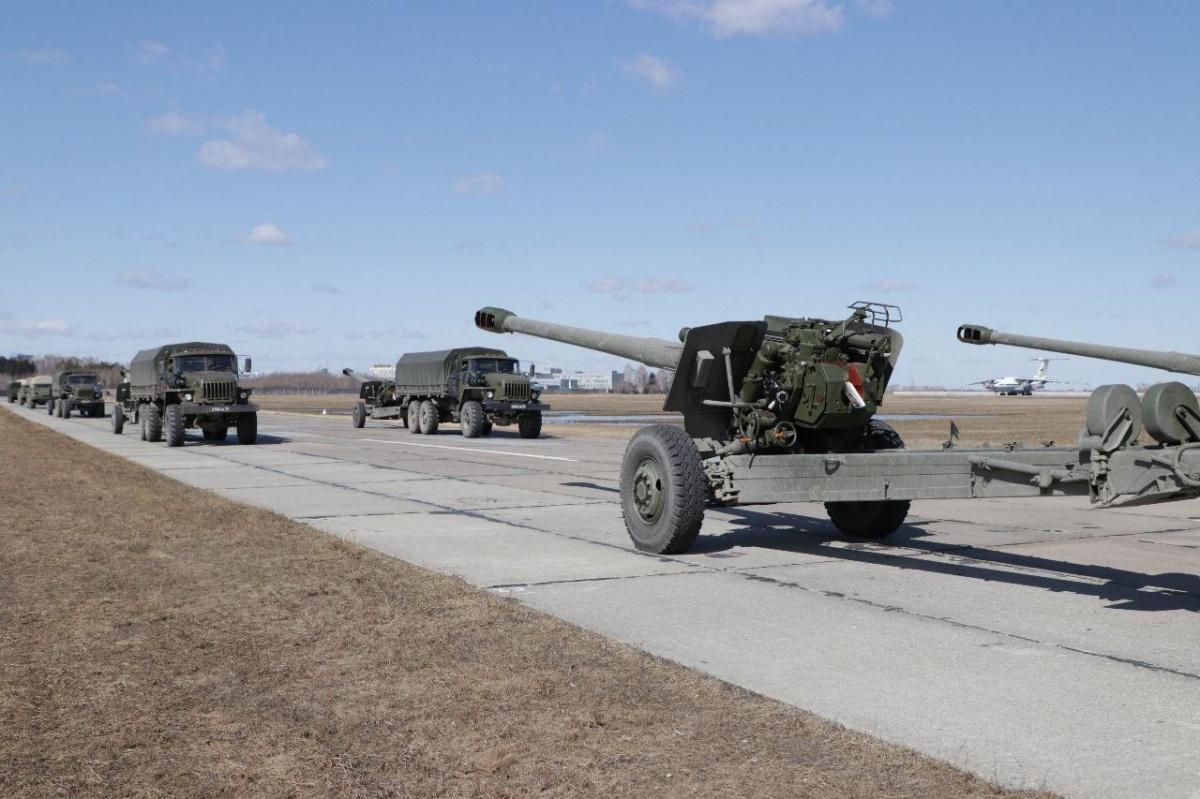 Гаубицы и ракетные комплексы примут участие в Параде Победы 9 мая (на фото — гаубицы«Мста-Б»)